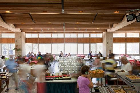 חדר האוכל בזיקים (צילום: עמרי טלמור)