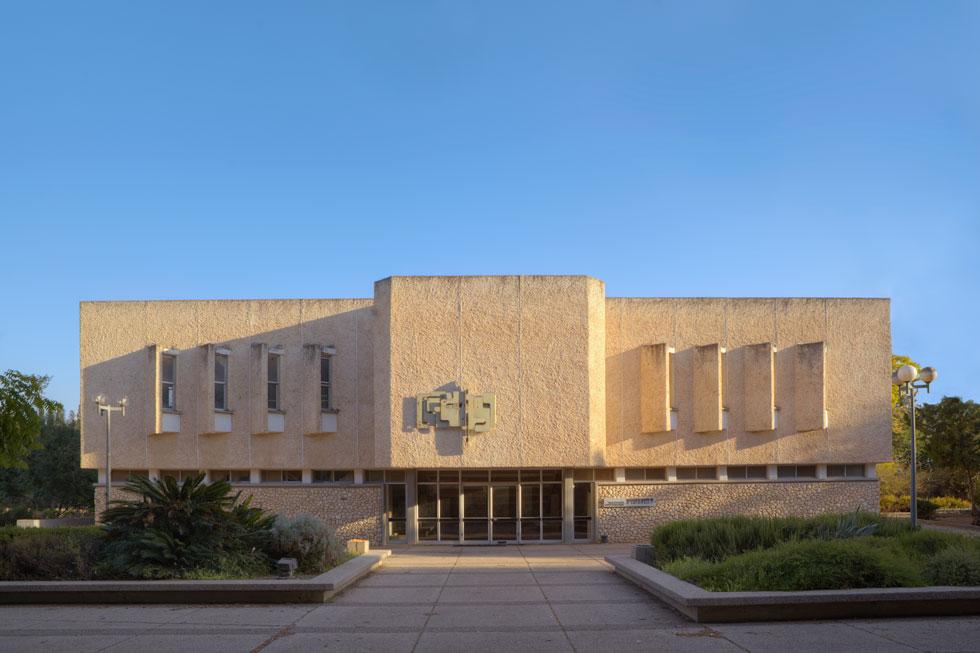 יצירותיו של באר פזורות בקיבוצים ברחבי הארץ, למשל כאן, בחולתה. חבר בכיר בדור תוסס של אדריכלים (צילום: עמרי טלמור)