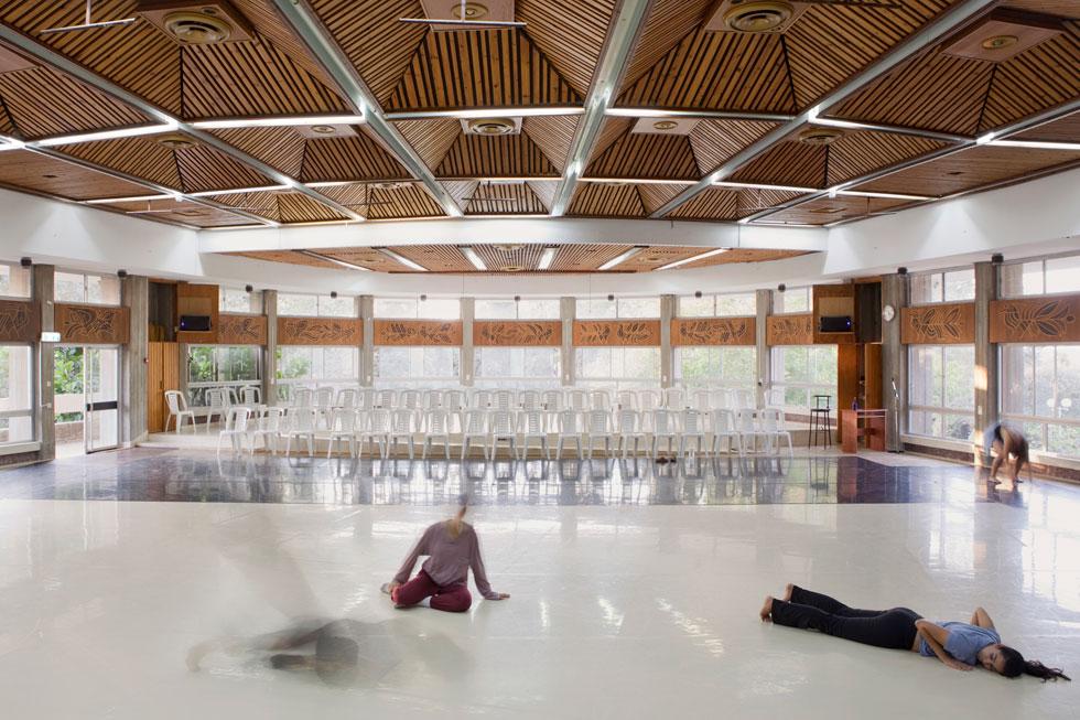 האולם שבו סעדו חברי הקיבוץ הפך את פניו וחידש את ימיו, עם רקדנים המחוללים בו (צילום: עמרי טלמור)