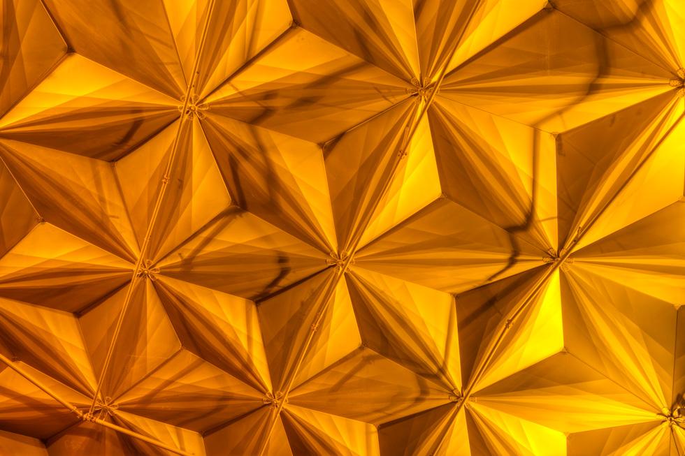 באר עיצב תאורת פנים היקפית, שזורקת אור אל התקרה, מדגישה את תלת-ממדיותה ויוצרת אפקט מוזהב הנובע מהפח שנותר חשוף (צילום: עמרי טלמור)