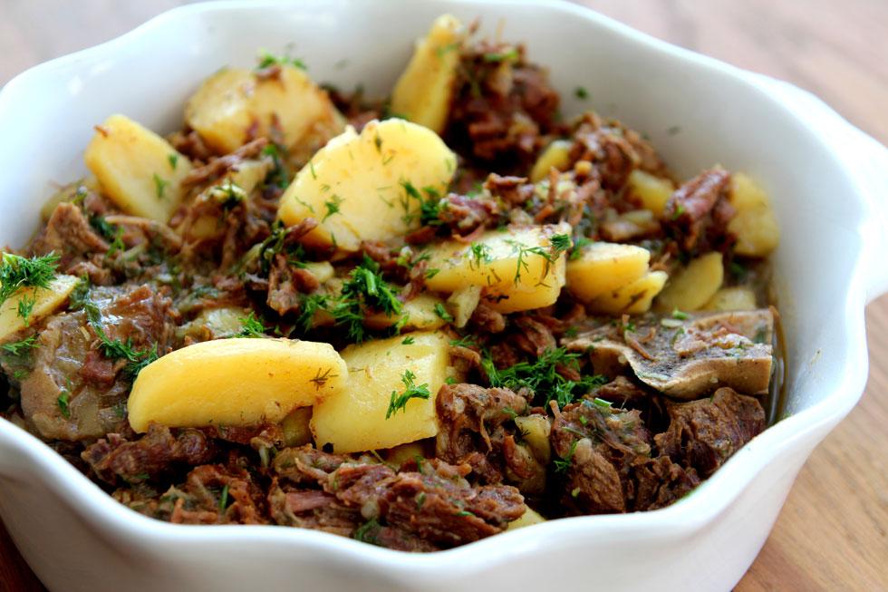 רוסלה: תבשיל בשר רומני עם תפוחי אדמה ושמיר (צילום: דפנה אוסטר מיכאל)