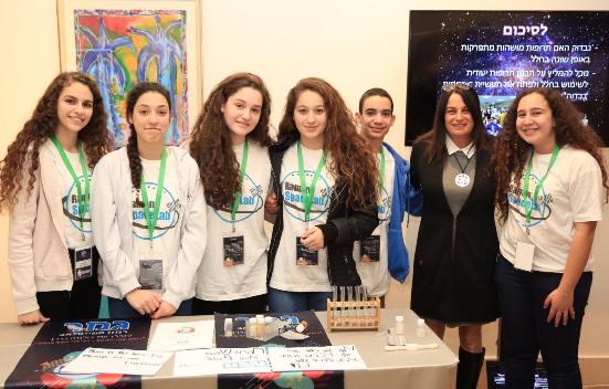 Рона Рамон, вдова израильского астронавта, с участниками проекта