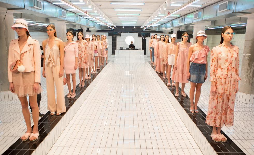 מוותרים על תצוגת אופנה מסורתית לטובת מיצגים בעלי אפיל אמנותי. קסטרו (צילום: אורית פניני)