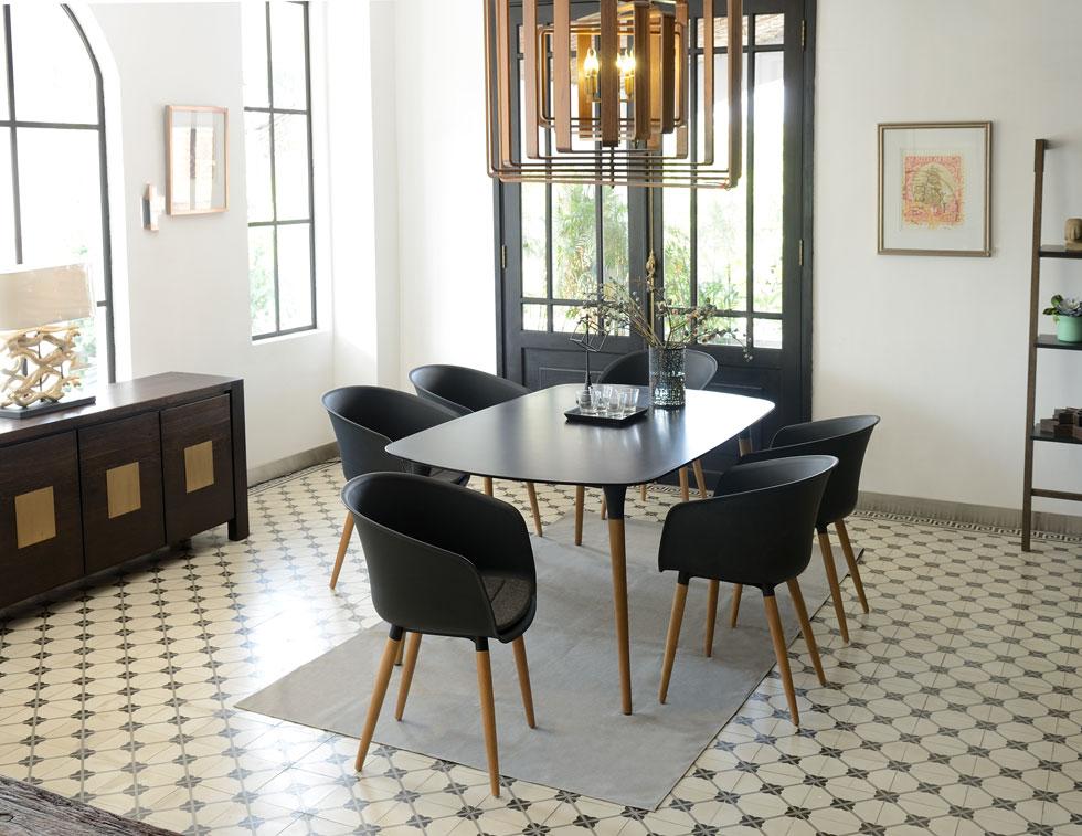 כיסאות ושולחן מקו המוצרים החדש שעיצבה כהנר לחברת סקנקום. השנה נמכרו 100 אלף כיסאות, במחיר של 54 יורו לאחד (צילום: ScanCom Vietnam)