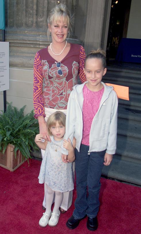 """ג'ונסון (מימין) בגיל 11 עם אמה ואחותה למחצה סטלה. """"רוצה לספר סיפורים"""" (צילום: Gettyimages)"""