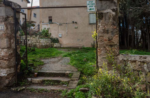 הנדיב הלא ידוע, יצחק לייב גולדברג, הקים את בית הדירות ושכר את שירותיו של רוזוב. החומה הטמפלרית, שער האר-דקו וחזית הבית (צילום: אינסה ביננבאום)