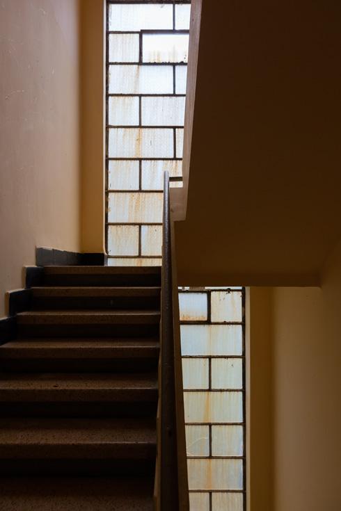 חדר מדרגות בבניין שתכננו בנימין אוראל ויחזקאל זוהר, בפינת הרחובות הברושים והרימונים. השמות אינם סתמיים: אלה העצים האופייניים לאזור (צילום: אינסה ביננבאום)
