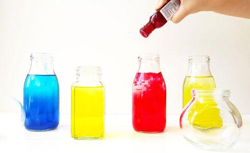מטפטפים צבעי מאכל שונים בכל אחד מהבקבוקים (צילום: שירה פורר)