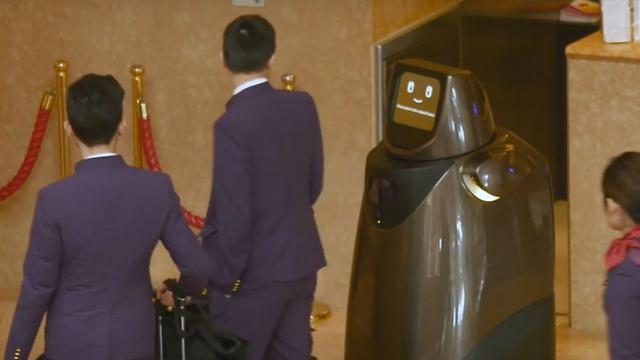 הרובוט HOSPI, שמוצב כבר כיום בשדה התעופה בטוקיו (Panasonic Newsroom)