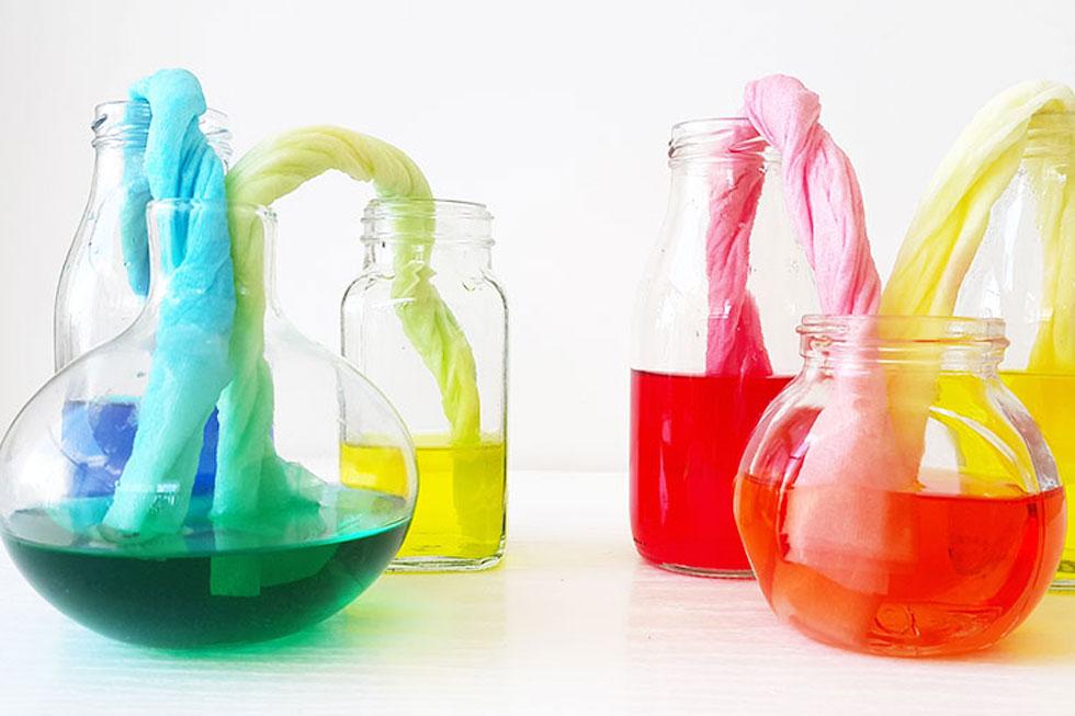 איזה קסם. הצבעים עוברים דרך גליל הנייר לבקבוקים הריקים ויוצרים צבע חדש (צילום: שירה פורר)