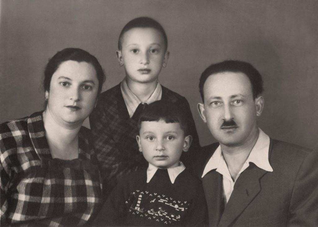 """הרב ד""""ר מיכאל לייטמן כילד עם הוריו (באדיבות: קבלה לעם)"""