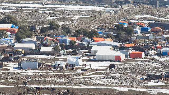 כל אזור שמיושב בשיעים מחזק מאוד את ההשפעה האיראנית והופך תשתית לבסיסים נוספים של חיזבאללה. מחנה פליטים סורי שנצפה מהגבול הישראלי (צילום: EPA)