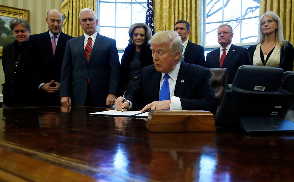 באנון, השמאלי ביותר בתמונה, לצד הנשיא  (צילום: רויטרס) (צילום: רויטרס)