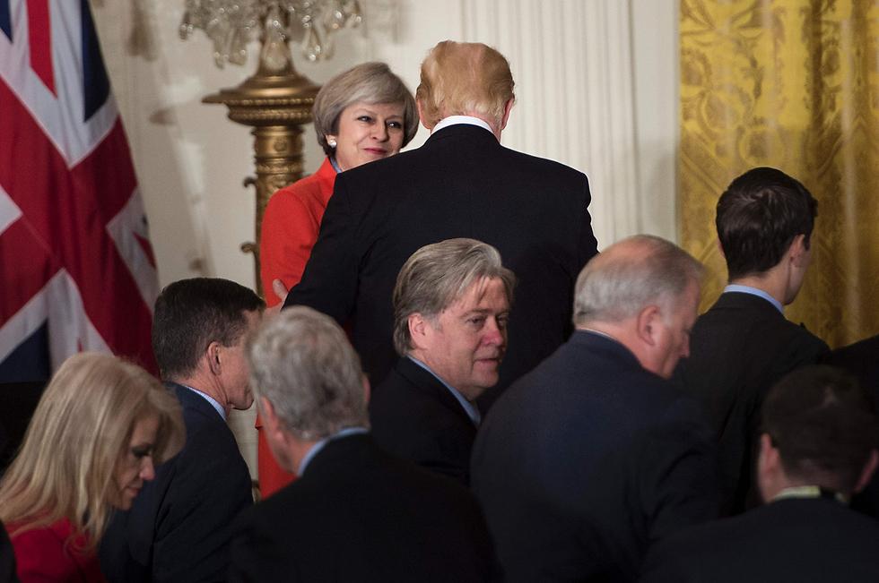 באנון בעת ביקור ראש ממשלת בריטניה תרזה מיי  (צילום: AFP) (צילום: AFP)