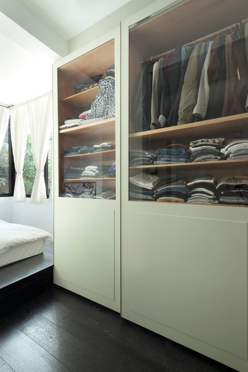 ארון הבגדים נמצא במעבר בין המיטה לחדר הרחצה הצמוד (צילום: גדעון לוין)