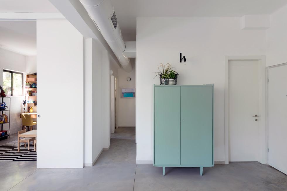 מסדרון מוביל לשני חדרי השינה בעומק הדירה, וחדר הרחצה נשאר במקומו המקורי, צמוד לסלון ולדלת הכניסה (צילום: גדעון לוין)
