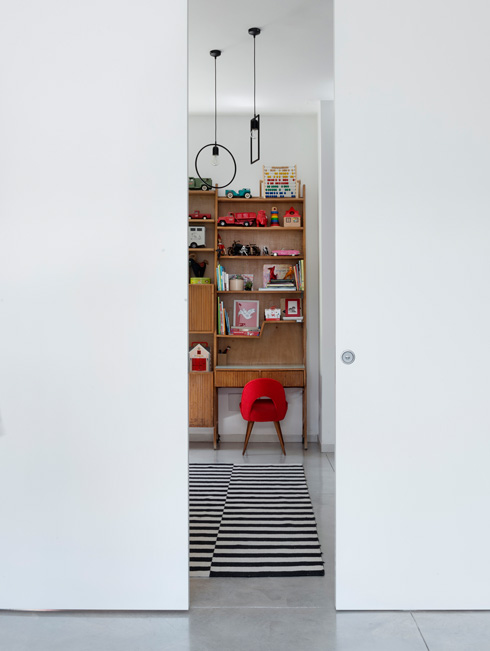 דלת ההזזה בין המטבח לחדר המשחקים (צילום: גדעון לוין)
