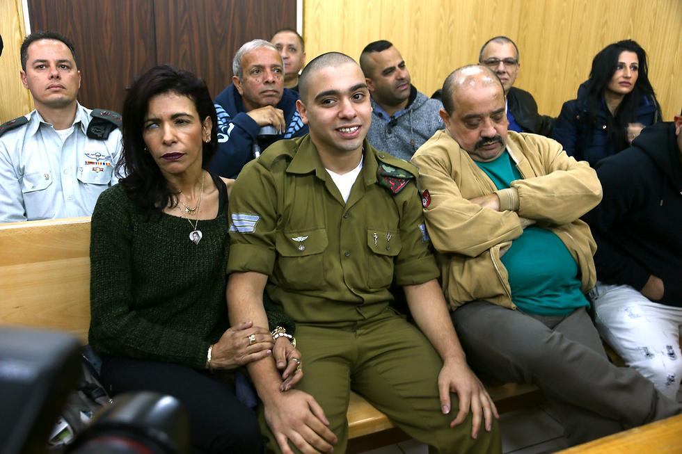 Азария с родителями в зале суда. Фото: Авигайль Узи