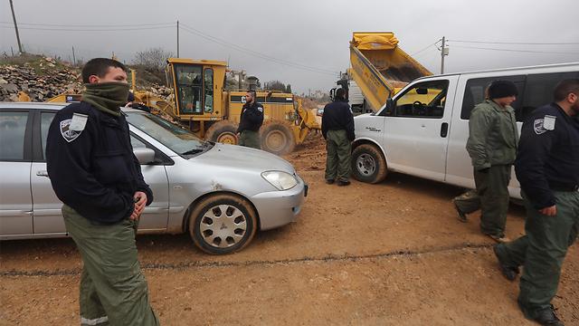 Bulldozers block entrance to Amona (Photo: Gil Yohanan)