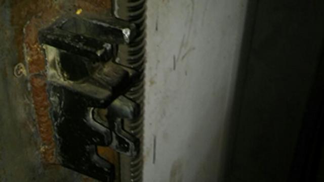 המנעולים השבורים בפתח המחסן (צילום: פתחון לב)