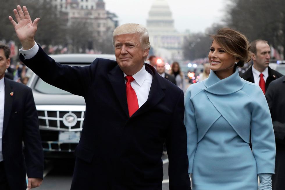 התדמית של ג'קי קנדי היא לא תחפושת שכל אחת יכולה ללבוש ולהסיר כרצונה. מלניה טראמפ בחליפה של ראלף לורן (צילום: Gettyimages)