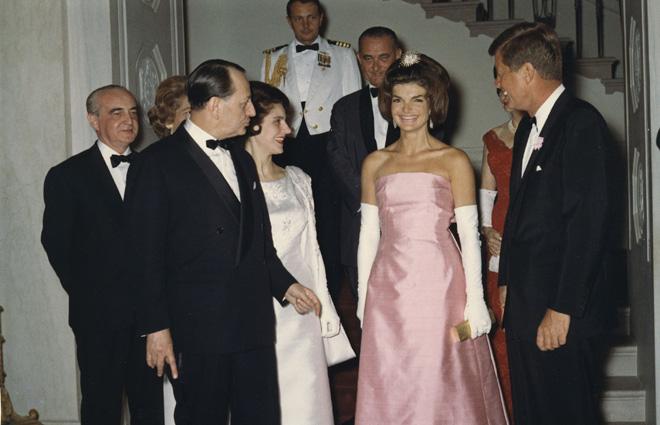 התעקשה על החשיבות של היופי, האלגנטיות, ההידור והפאר, בלבוש שלה, וגם באופן האירוח בבית הלבן. 1962 (צילום: Gettyimages)