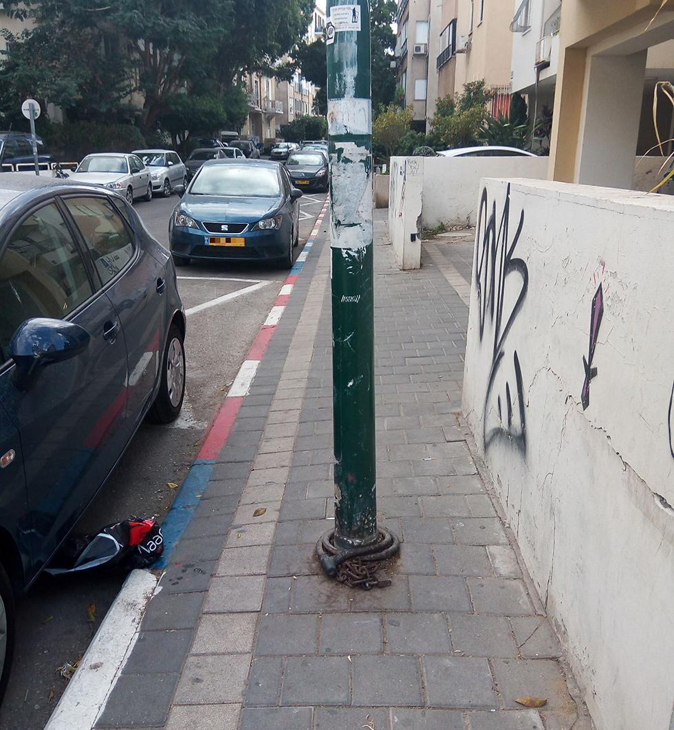 רחוב הס בתל אביב. עמוד באמצע המדרכה (באדיבות עמותת אור ירוק ) (באדיבות עמותת אור ירוק )