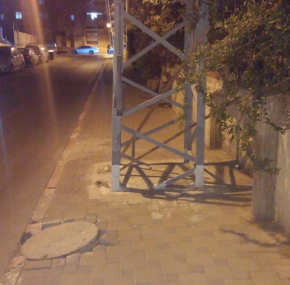 """רחוב רמב""""ם בשדרות. עמודי חשמל (באדיבות עמותת אור ירוק ) (באדיבות עמותת אור ירוק )"""