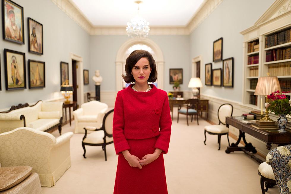 """נטלי פורטמן ב""""ג'קי"""". מסבירה בסרט שתפקיד הבית הלבן אינו רק לאכלס את משפחת הנשיא ואת אנשיו, אלא גם לשקף את האומה האמריקאית ואת סגנונה (צילום: באדיבות בתי קולנוע לב)"""