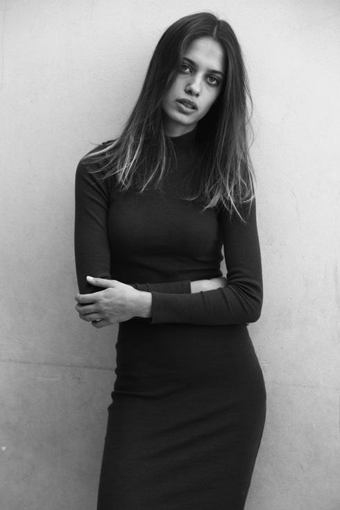 """בת 21 מביתר עילית, עובדת כמלצרית במסעדת """"דניה בכיכר"""", ירושלים (צילום: טל עבודי)"""