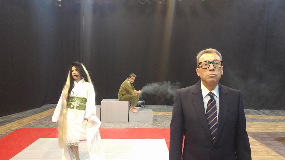 """סמל בהצגת """"הנפילים"""" בדמותו של מנחם בגין (צילום: גיא בירן) (צילום: גיא בירן)"""