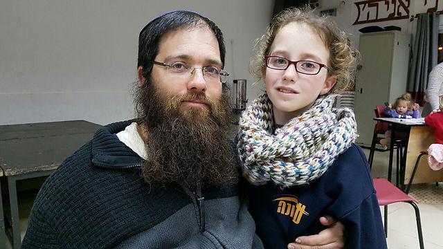 יעקב עם בתו גפן בביתם החדש והזמני (צילום: עומרי אפרים) (צילום: עומרי אפרים)
