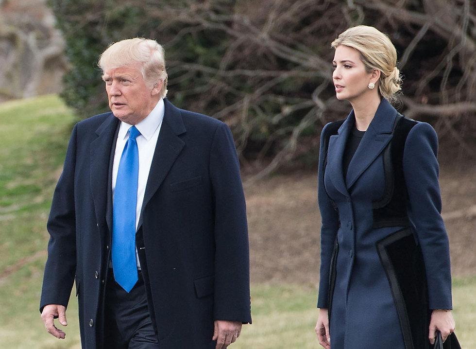 Иванка Трамп с отцом на пути к президентскому вертолету. Фото: AFP