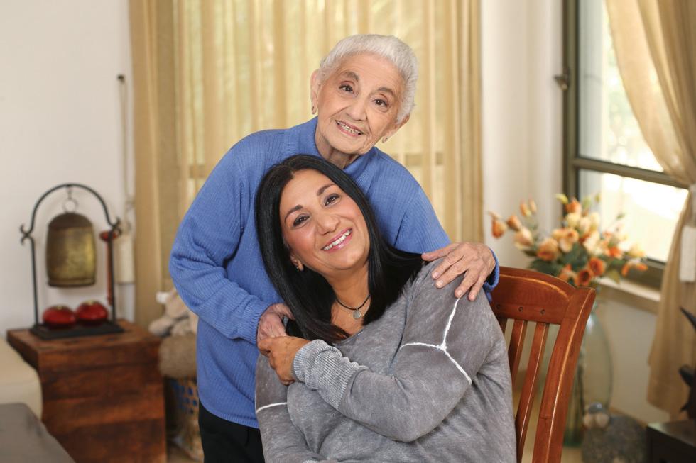 """ריקי עם דודתה הלן. """"אין יום שבו אני לא מביטה על חיי ואומרת תודה על מה שיש לי"""" (צילום: צביקה טישלר)"""