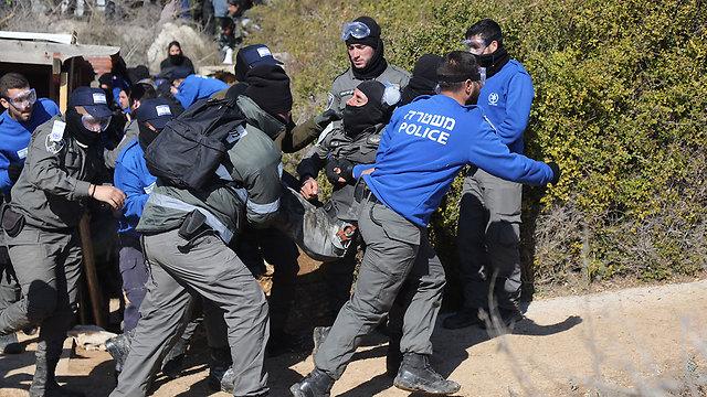 שוטר שנפצע בעימותים מובל לקבלת טיפול (צילום: גיל יוחנן)