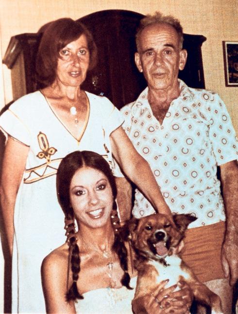 """""""אמא אומרת שהייתי כל עולמם"""" ירדנה ארזי עם הוריה (צילום: אלבום פרטי)"""
