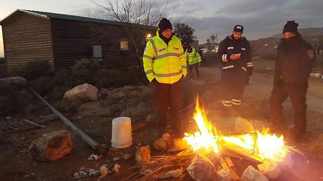 השוטרים שמאבטחים את הבתים בעמונה מתחממים ()