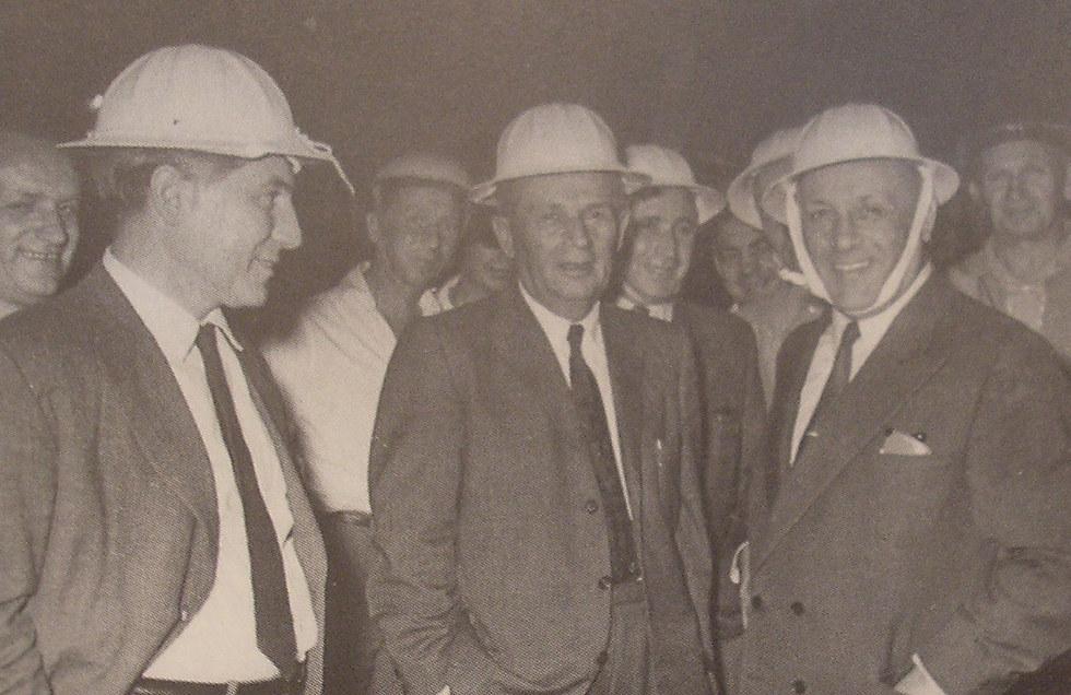 """ראש העיר חיפה אבא חושי (במרכז) בפתיחת הכרמלית, 1959 (משה פרידן, לע""""מ)"""