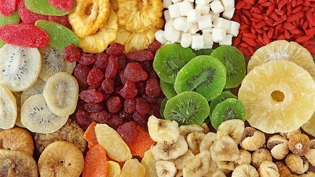 לא בדיוק מזון בריאות, אבל עדיפים על ממתקים. פירות יבשים (צילום: shutterstock)