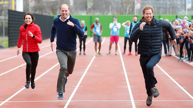 הארי תופס מרחק מאחיו וגיסתו (צילום: רויטרס) (צילום: רויטרס)