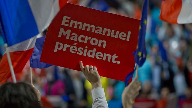 """כרזת """"עמנואל מקרון נשיא"""" בעצרת בחירות בליון (צילום: AP)"""