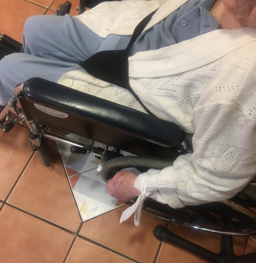 קשורה לכיסא גלגלים ()