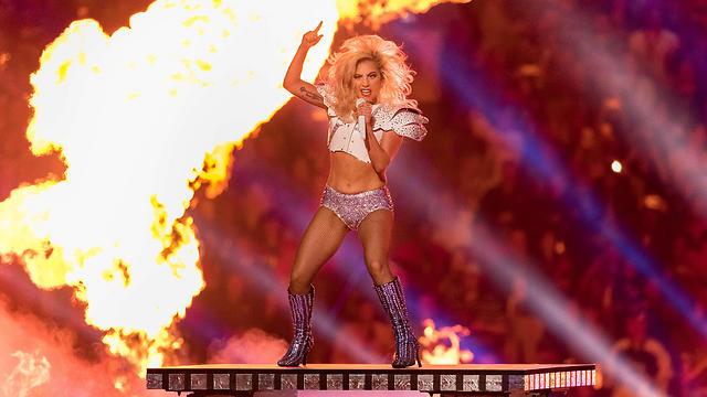 אישיות שורפת. גאגא מלהיטה את האיצטדיון (צילום: AFP) (צילום: AFP)