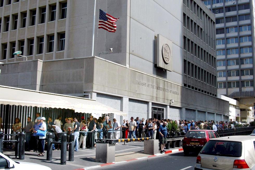 השגרירות ברחוב הירקון בת''א. דווקא אחרי ההצהרה של טראמפ, נפתחו כאן שיפוצים מאסיביים (צילום: מיכאל קרמר)