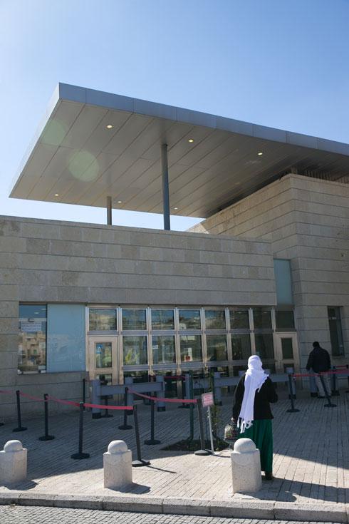 מאז 2010, נמצאת כאן הקונסוליה המזרח ירושלמית, שתכננו ''מן שנער אדריכלים''. רוב המגרש אינו מנוצל עדיין כשטח בנוי (צילום: אוהד צויגנברג)