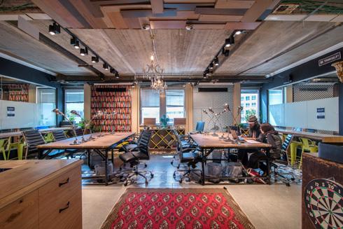 משרדי מרקספייס מרוהטים בפריטים שרוכש בעל הבית באירופה (צילום: אילן נחום)