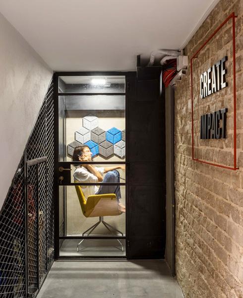 קומת המרתף החשוכה הוסבה לחדרי ישיבות בגדלים שונים, עם קירות לבנים מקוריים ואריחים אקוסטיים (צילום: יואב פלד)