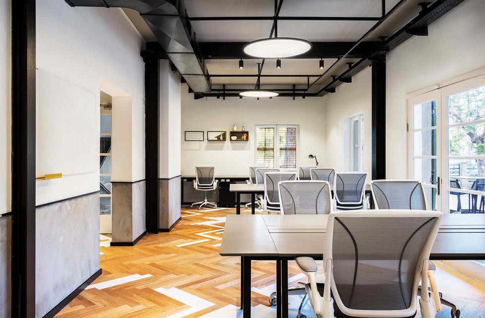 במשרדים של ''סמסונג נקסט'' בשרונה: חלל העבודה השיתופי ממוקם בצדו הקדמי של המבנה, כאופן ספייס. הוא מיועד לצוותים זמניים ומאפשר סביבת עבודה משתנה ודינמית. השולחנות, של סטודיו hu.be, ניתנים לקיפול ולניוד בקלות (צילום: יואב פלד)