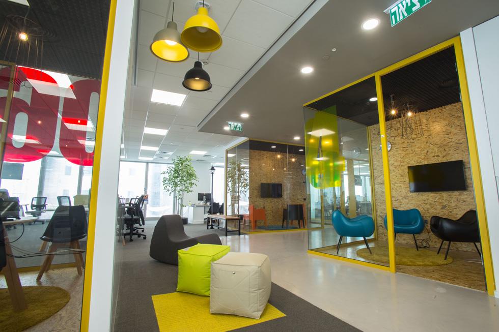 """חדרי  העבודה סגורים בזכוכית. חלקם נקראים """"חדרי דמו"""", והם מפוזרים, בגדלים שונים, בשלוש הקומות, על מנת לאפשר לעובדים פרטיות כשצריך (צילום: משה עמר)"""
