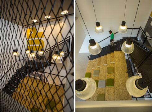 מבט מלמעלה על טריבונת ישיבה. חדר מדרגות פנימי מקשר בין שלוש קומות המשרדים ויוצר תחושת המשכיות ביניהן (צילום: משה עמר)